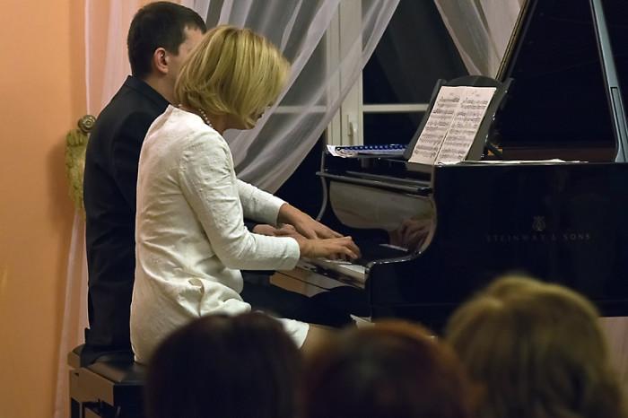 Jeden fortepian na cztery ręce