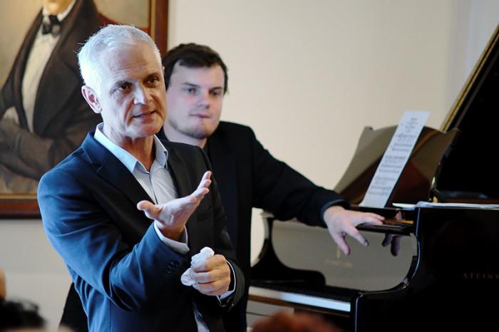 Lato w Szafarni. Czyli performatywny wykład o perle i innych kamieniach szlachetnych z Chopinem w tle.