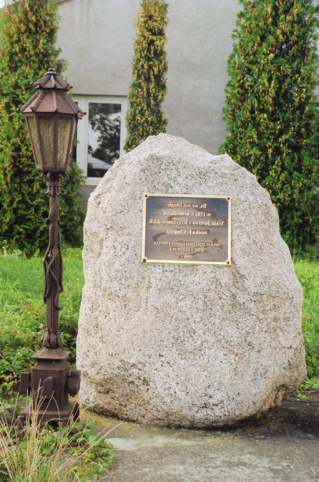 Długie - Głaz i tablica w miejscu dworu, gdzie urodziła się Justyna Krzyżanowskiej - fot.A.Hermann